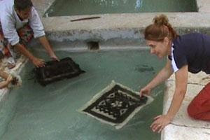 Si scaicquano i tappeti al fontanile